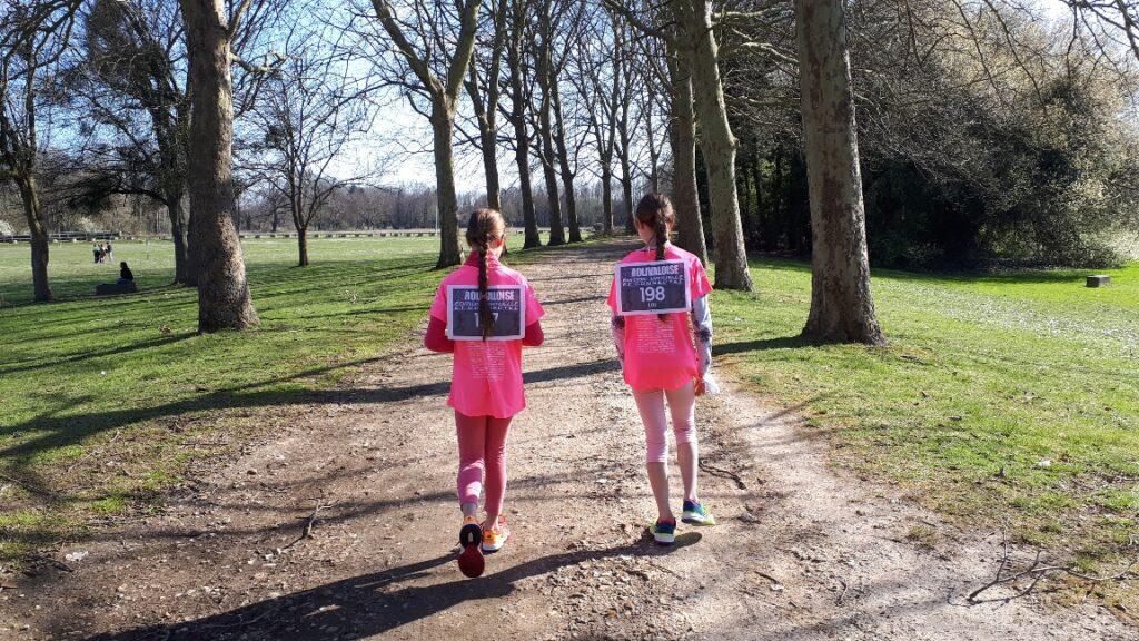 """Lou et Zoé Le Mounier - Dossards n°197 & 198 - """"Confinées mais motivées et engagées. Première rolivaloise pour 2 jeunes filles solidaires. Maman fière."""""""